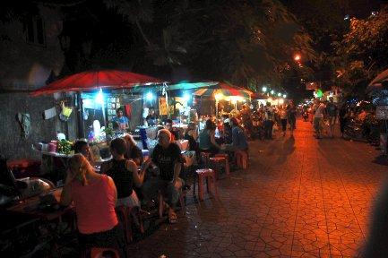 thais-eating-on-the-street.jpg?w=640