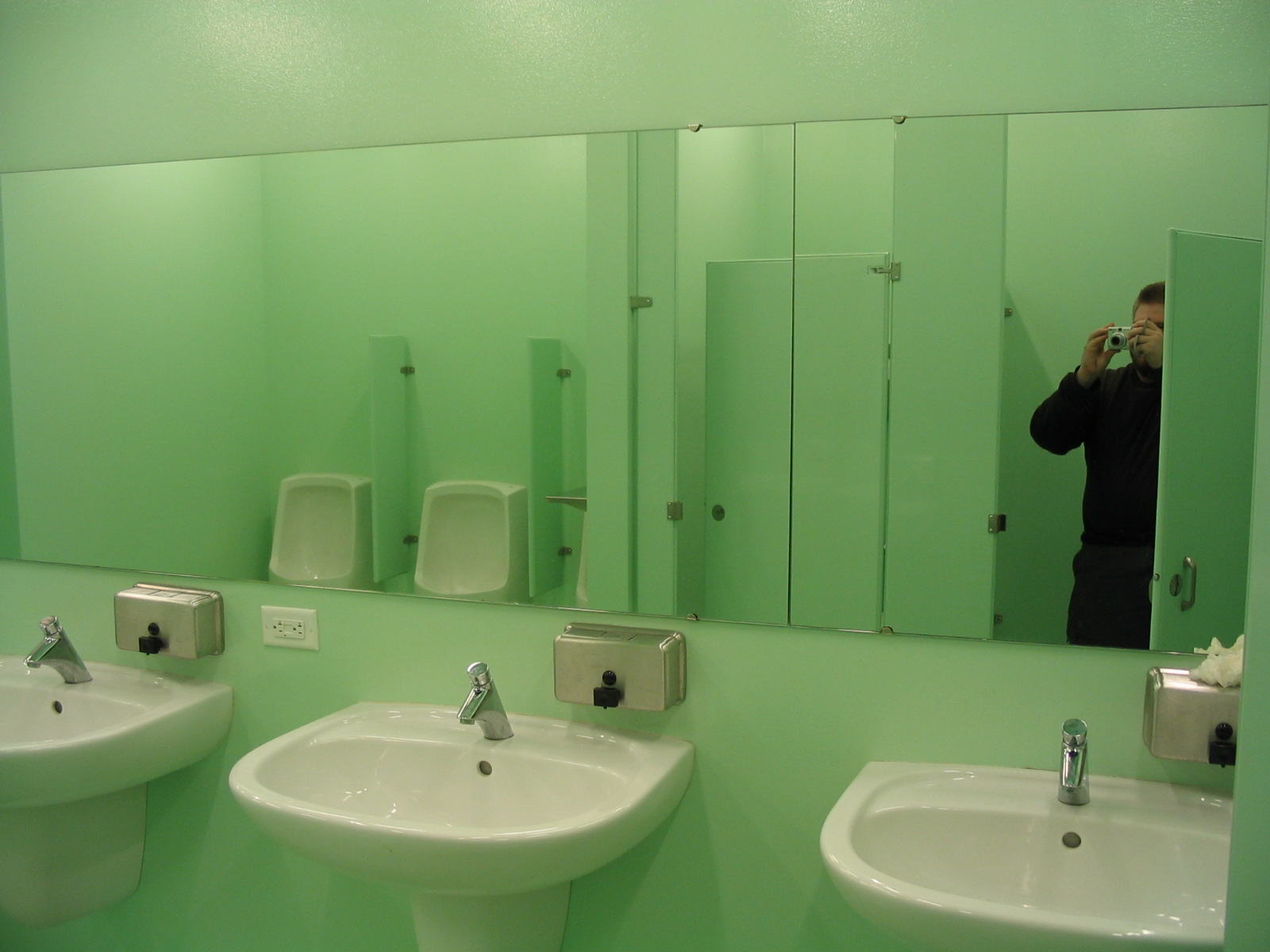 Club installs two way mirrors in women 39 s bathroom to for Bathroom photos of ladies
